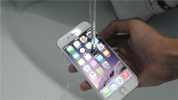 iPhone 7/ 7 Plus có chức năng chống nước tiêu chuẩnIP67. (Ảnh: internet)