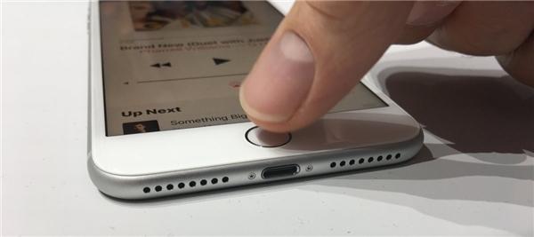 iPhone 7/ 7 Plus không có cổng tai nghe 3.5 mm. (Ảnh: internet)