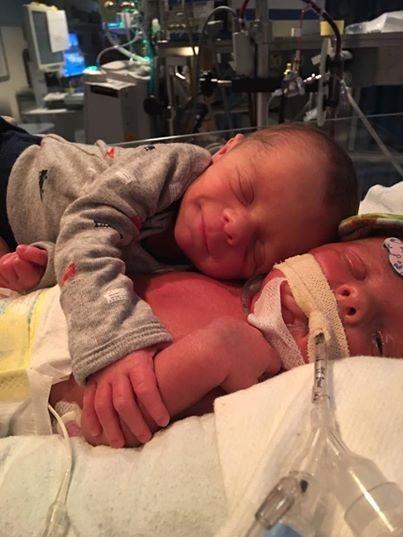 Mason lần đầu được chạm tay vào em mình, cậu béhạnh phúc đến mức ngủ thiếp đi với nụ cười tươi trên môi.