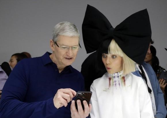 Giám đốc điều hành hãng Apple Tim Cook và Maddie Ziegler trong lễ ra mắt Iphone 7 diễn ra vào ngày 7/9 tại San Francisco. Ảnh: AP