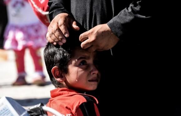 Một cậu bé tị nạn Syria bật khóc khi đi bộ trở lại trên thị trấn Jarabulus của nước này vào ngày 7/9. Ảnh: AFP