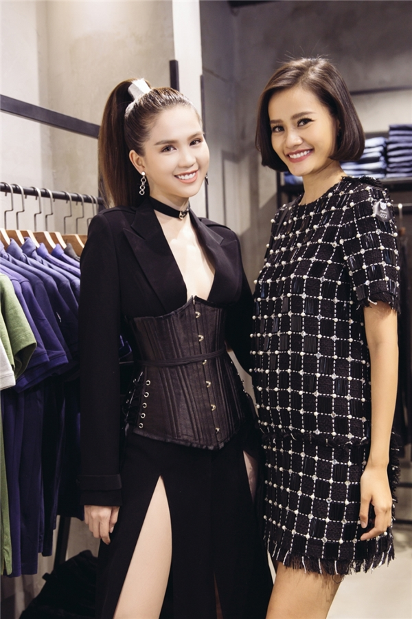 Kim Chi The Face đắt show dự sự kiện hơn từ khi bước ra khỏi chương trình. Khác với đàn chị Ngọc Trinh, Kim Chi lại giấu nhẹm đường cong trong dáng váy suông rộng với họa tiết kẻ caro đen trắng tương phản.