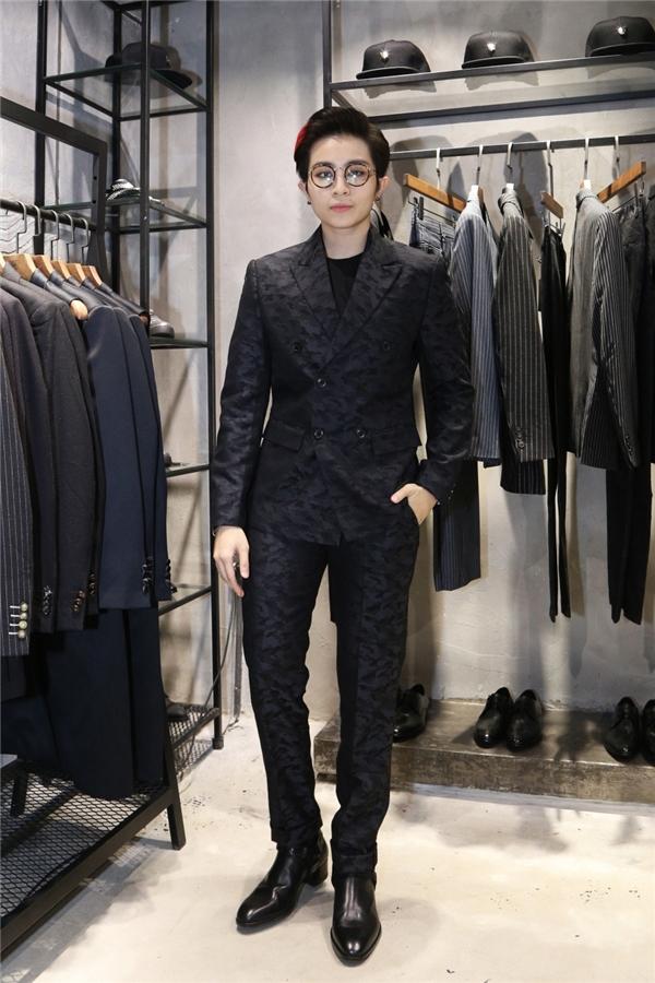 Gil Lê vẫn trung thành với phong cách thời trang nam tính quen thuộc. Cô cũng là người bạn thân với Chung Thanh Phong.