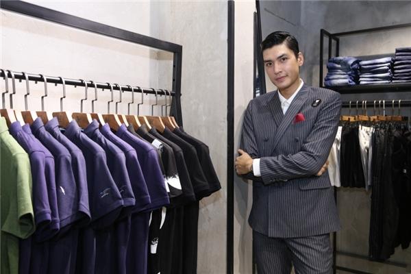 Hứa Vĩ Văn, Quang Đại lịch lãm với vest tối màu. Hình ảnh những quý ông cổ điển được cả hai tái hiện một cách tinh tế, bắt mắt.