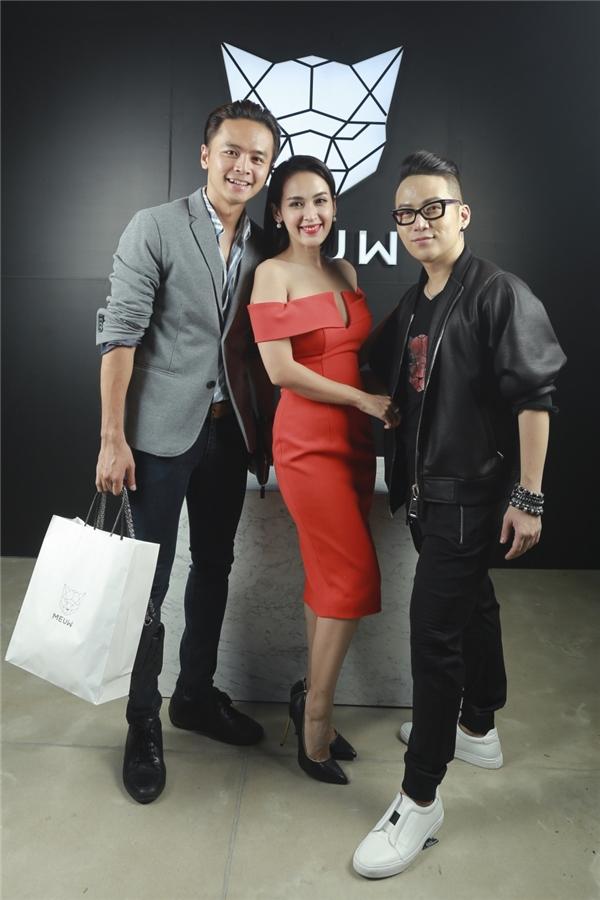 """Tú Vi, Văn Anh là nhữn khách hàng """"ruột"""" của Chung Thanh Phong. Trang phục cưới của cặp đôi này được đích thân nhà thiết kế trẻ thực hiện."""