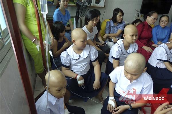 """Nhói lòng lễ khai giảng đặc biệt của những """"đứa trẻ đầu không còn tóc"""