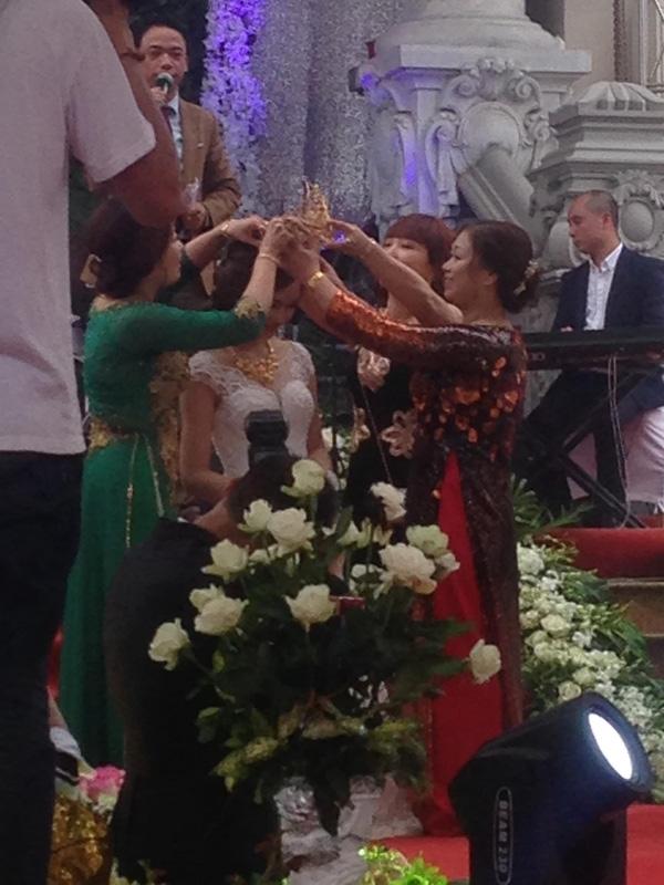 Cô dâu trong đám cưới ở lâu đài Lan Khoa Khuê - Nam Định - được mẹ chồng trao hồi môn là vương miện vàng trị giá 100 lượng.