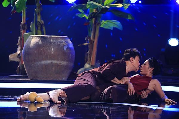 Bộ đôi giám khảo không ngần ngại thể hiện cảnh tình tứ ngay trên sân khấu.
