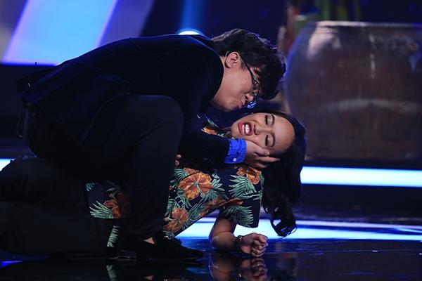 Dẫu đang đứng trước mặt vợ là diễn viên Thanh Hiền, Gia Bảo vẫnkhông e ngại diễn xuất hết mình, đem lại cho khán giả nhiều tiếng cười sảng khoái.