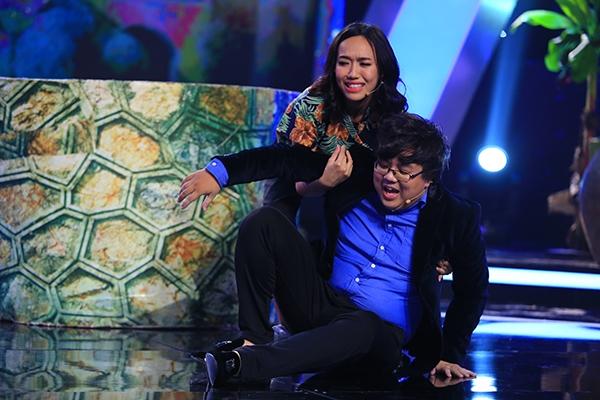 Nam diễn viên hài Gia Bảo vàDiệu Nhi cũng gây bất ngờ khi sáng tạo ra cụm từ Chí Tài - bố của Chí Phèo và bài hát Chiếc Áo Bà Ba là do bà Ba Bá Kiến hát.