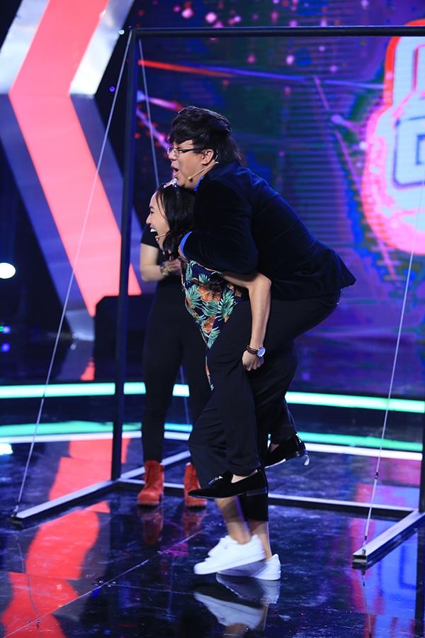 Trước đó, ở phần thử thách hai mang tên Kẻ thách thức, Diệu Nhi cũng khiến khán giả kinh ngạc khi có thể cõng Gia Bảo chạy nhiều vòng trên sân khấu.