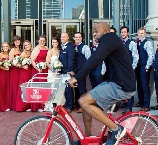 Thanh niên chuyên ném đá hội nghị: mặc quần đùi đạp xe xộc thẳng vào hiện trường chụp ảnh lễ cưới của người ta.