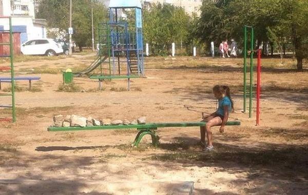 Chạnh lòng trướcbé gái cô đơn nhất thế giới