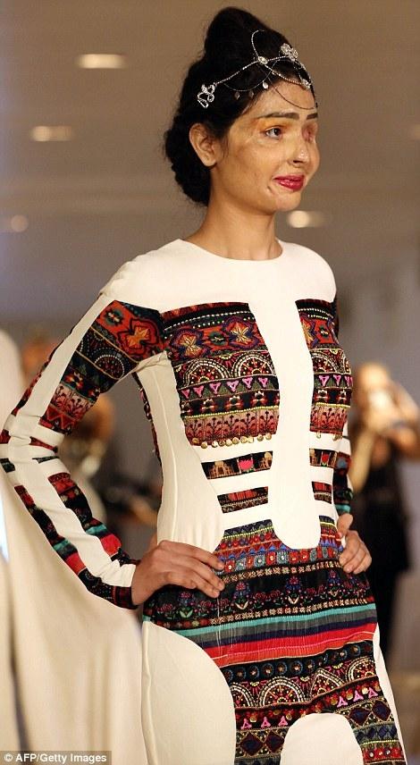 Reshma Quereshi đã xuất hiện với tư cách là người mẫu mở màn cho show của nhà thiết kếngười Ấn Độ Archana Kochhar tại tuần lễ thời trang New York.