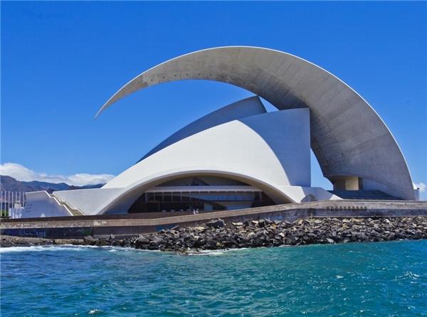 Công trình độc đáo với phần mái vòm hình Mặt Trăngchínhlà khán phòng cho các buổi hòa nhạc tạiTenerife, Tây Ban Nha.