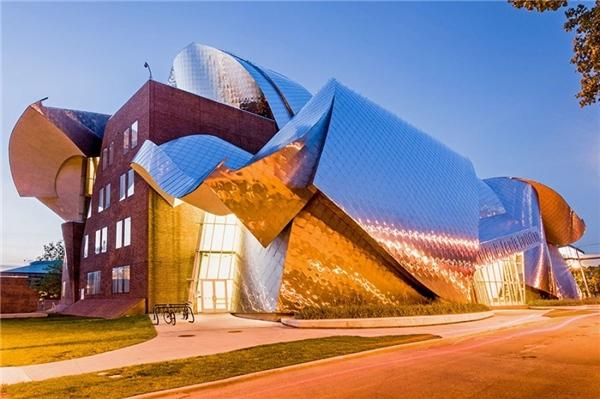 Tòa nhà có hình dạng đặc biệt này có tên gọi làPeter B. Lewis Building hiệntọa lạc tạiCleveland, bang Ohio, Hoa Kỳ.