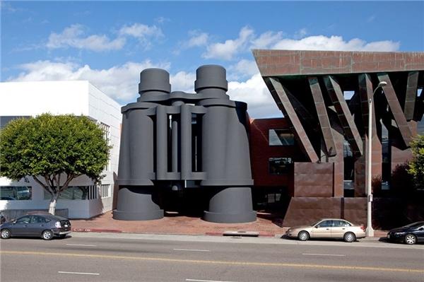 Tòa nhà có hình ống nhòm màu đen là trụ sở của công ty quảng cáoChiat/Day ở California.
