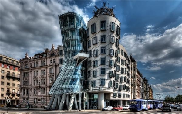 """""""Tòa nhà khiêu vũ"""" chínhlà biệt danh của công trìnhNationale-Nederlanden trong trung tâm thành phố Praha, Cộng hòa Séc."""