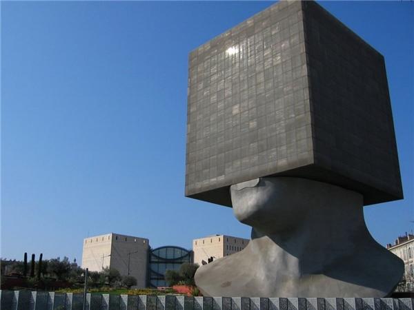 Louis Nucera là tên gọi của một thư viện lớn tại thành phố Nice ở nước Pháp.
