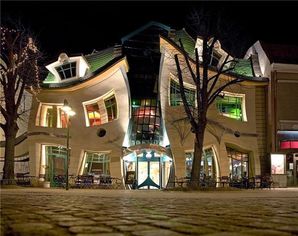 Ngôi nhà cong này có tên gọi làKrzywy Domek - một trung tâm thương mại nổi tiếng ở Sopot, Ba Lan.