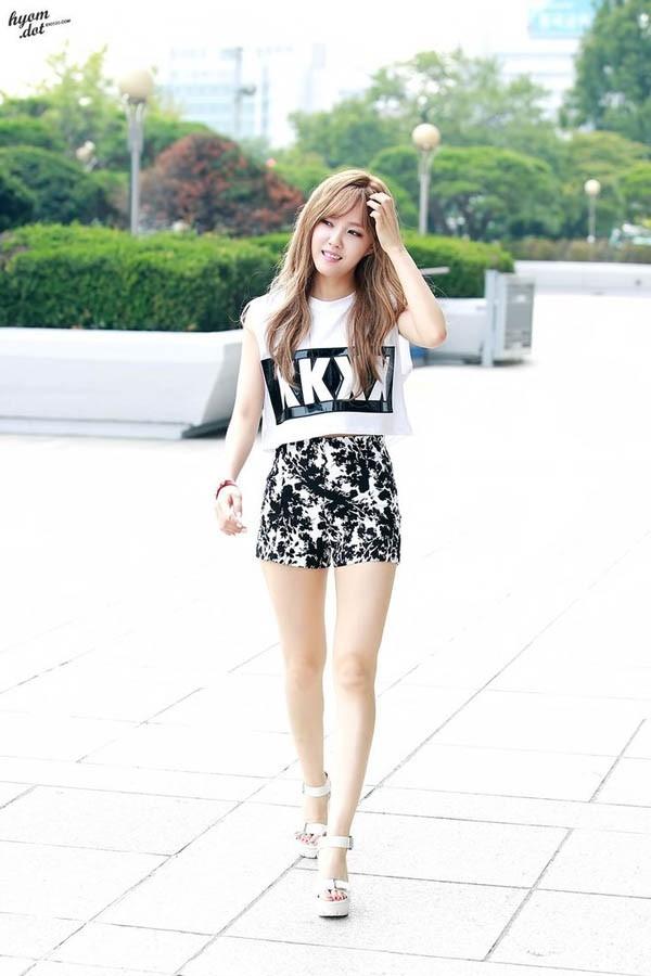 Những chiếc váy ngắn giúp cô dễ dàng tôn lên đôi chân tuyệt đẹp của mình.