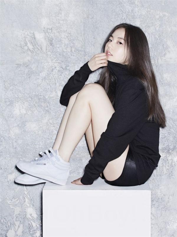 Bắp chân Soo Hee khá nhỏ gọnvà đầu gối thẳng.