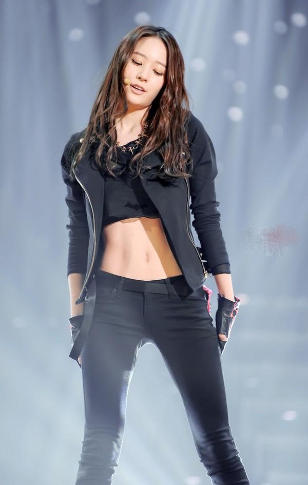 Krystal được nhiều ngườica ngợi là nữ thần có vòng eo bắt mắt nhất xử sở Kim Chi.