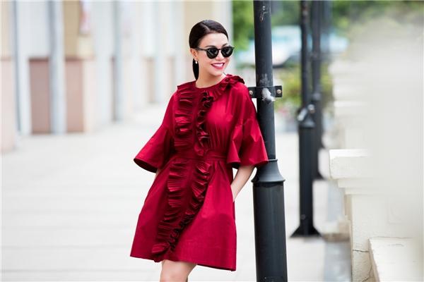 Bộ váy được lấy ý tưởng từ váy ngủ của hoàng gia phương Tây thời Phục Hưng với chi tiết dún bèo đối xứng ở trước ngực. Theo chia sẻ của Trà Ngọc Hằng, bộ trang phục này cô phải mất đến gần 3 tháng đặt hàng mới có.