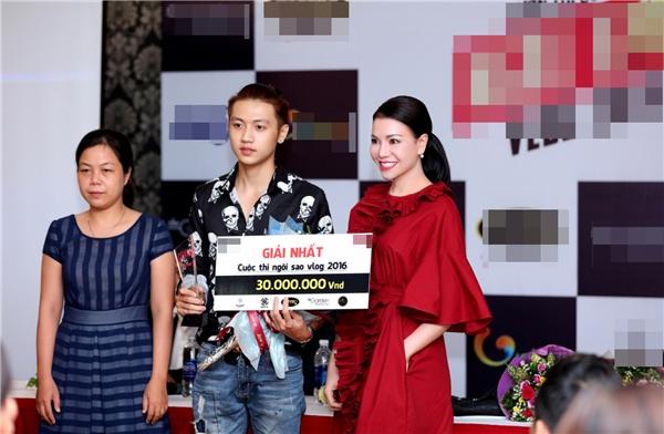 Trà Ngọc Hằng trao giải cho quán quân của cuộc thi.