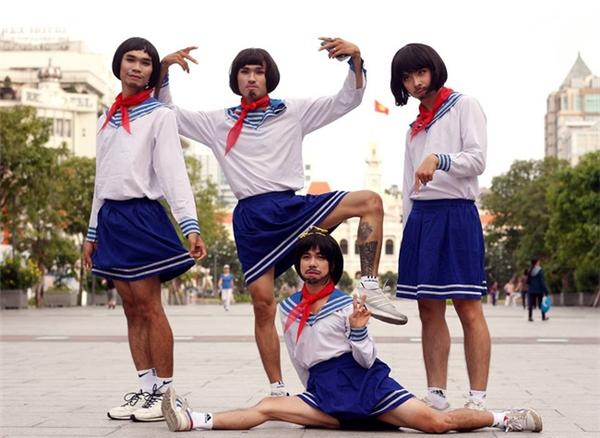 """Các """"nữ sinh lắm râu"""" phiên bản Việt tự tin tạo dáng chụp hình trên phố đi bộ.(Ảnh: Ngố's)"""