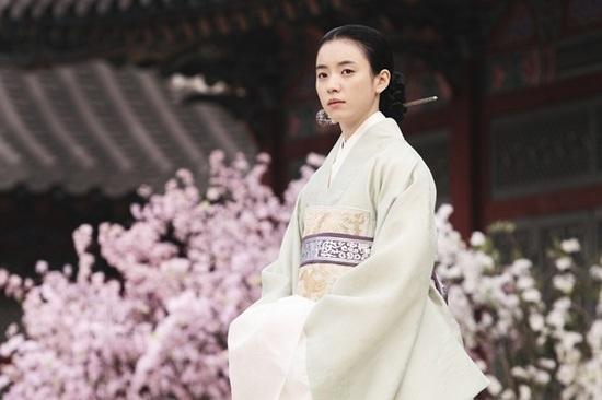 """Không phải đơn giản mà Han Hyo Joo được công nhận là""""nữ thần cổ trang"""" của màn ảnh Hàn, chính tạo hình vừa dịu dàng vừa sắc sảo trong phim """"Masquerade"""" mang về cho nữ diễn viêntên gọi mà ai cũng ao ước ấy."""