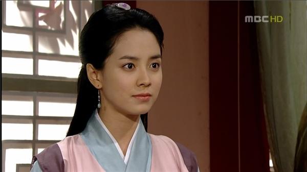 """Song JiHyo là một trong những mỹ nhân xinh đẹp tự nhiên nổi tiếngcủashowbiz Hàn, mặc dù chỉ diễn vai phụ trong bộ phim """"Truyền thuyết Jumong"""" nhưng nữ diễn viên cũng phần nàokhẳng định được nhan sắc nữ thần của mình."""