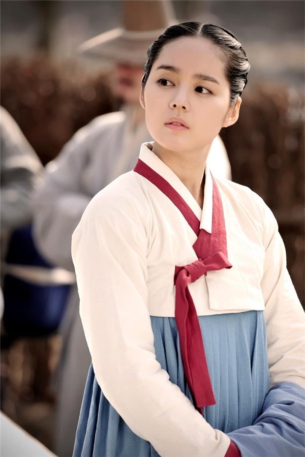 """Nhắc đến """"nữ thần cổ trang"""" là phải nhắc đến vai diễn pháp sư của nàng búp bê Han Ga In trong bộ phim từng gây không ít sóng gió khắp châu Á - Mặt trăng ôm mặt trời, với vẻ ngoài mong manh thánh thiện, Han Ga In đã tạođược nhiềucảm tình tốt trong lòngkhán giả."""