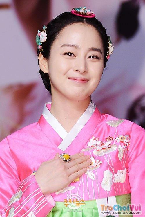 """Mặc dù bộ phim """"Jang Ok Jung"""" không đạt được rating cao như mong đợi như Kim Tae Hee vẫn nhận được nhiều lời khen có cánh vì tạo hình đẹp không tỳ vết trong bộ hanbok truyền thống."""