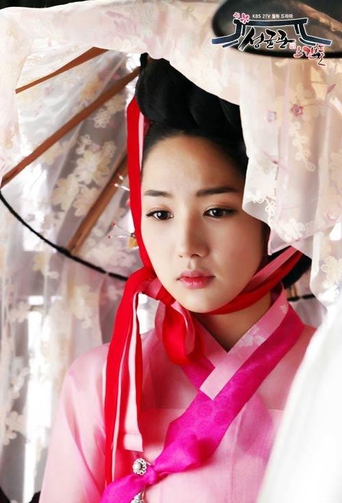 Park Min Young là một trong những người đẹp đình đám của xứ Kim Chi, dù là với vai diễn hiện đại hay cổ trang, cô nàng cũng khiến người xem đổ gụcbởinhan sắc đáng yêu trong trẻo.