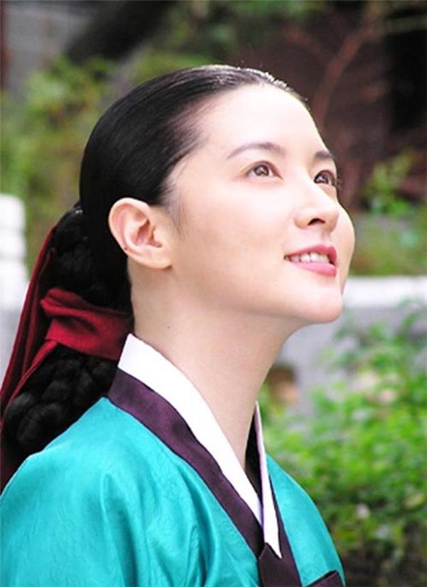 """""""Nữ thần cổ trang"""" số một xứ Kim Chi chắc chắn không ai khác ngoàinữ diễn viên xinh đẹp Lee Young Ae, với những đường nét hoàn hảo trên khuôn mặt cùng với khả năng diễn xuất chuyên nghiệp, vai diễn Dae Jang Geum gần như đã trở thành huyền thoại cổ trang xứ Hàn mà không ai có thể thay thế được."""