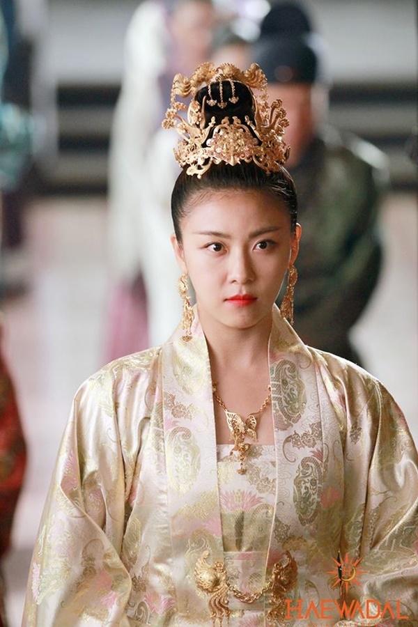 Năm 2006, Ha Ji Won từng khiến người xem bất ngờ vớisự lột xác ngoạn mục vớivai kỹ nữ tài sắc Hwang Jin Yi trong bộ phim cùng tên.