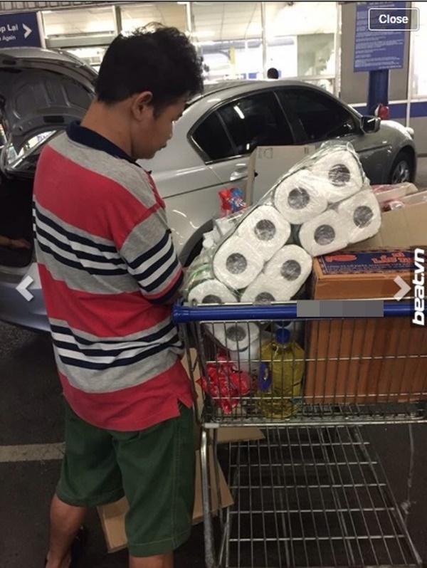 Hình ảnh cậu bé khuyết tật tại siêu thị ở Sài Gòn. (Ảnh: Internet)