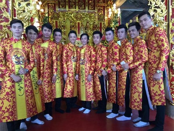 Hoài Linh mặc áo dài trang nghiêm trong ngày khánh thành công trình nhà thờ Tổ nghiệp. - Tin sao Viet - Tin tuc sao Viet - Scandal sao Viet - Tin tuc cua Sao - Tin cua Sao