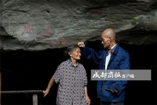 Hai ông bà luôn dành cho nhau những cử chỉ tình cảm trong suốt 57 năm qua.