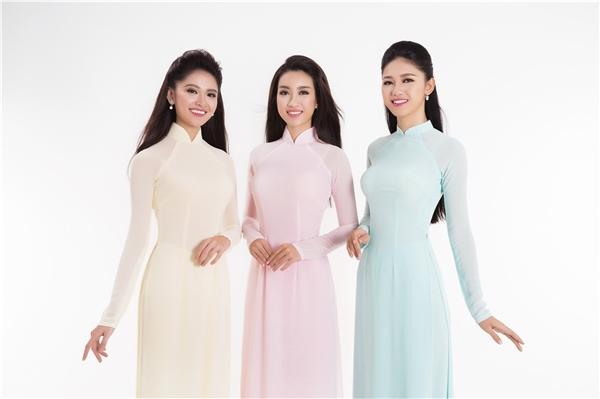 Mới đây, 3 nhan sắc đình đám của Hoa hậu Việt Nam 2016 lại khiến khán giả ngẩn ngơ, xao xuyến khi xuất hiện trong loạt hình ảnh mới sau đêm đăng quang. Cả 3 cô gái đều diện những thiết kế áo dài truyền thống kín đáo, thanh lịch nhưng vô cùng thu hút.