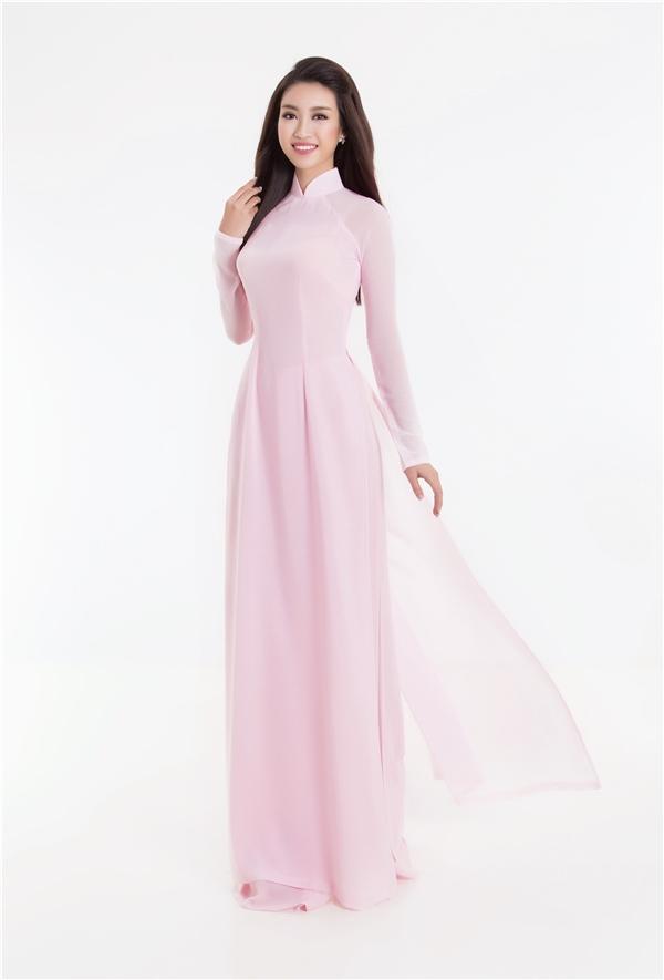 Đỗ Mỹ Linh được diện áo dài màu hồng tươi tắn.