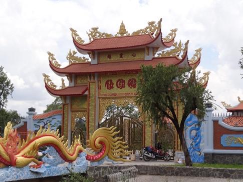 Cổng vào nhà thờ được hoàn thiện với màu sơn vàng rực khá ấn tượng. - Tin sao Viet - Tin tuc sao Viet - Scandal sao Viet - Tin tuc cua Sao - Tin cua Sao