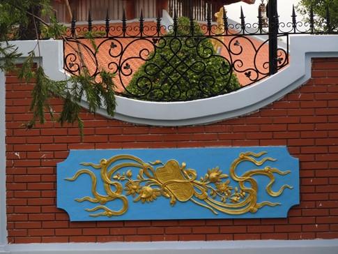 Bờ tường dọc theo hai bên nhà thờ được thiết kế đẹp mắt với họa tiết chạm khắccông phu. - Tin sao Viet - Tin tuc sao Viet - Scandal sao Viet - Tin tuc cua Sao - Tin cua Sao