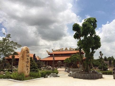 Khuôn viên trong sân nhà thờ Tổ được nam danh hài trang trí với nhiều mảng xanh tạo cảm giác mát mẻ và gần gũi với thiên nhiên. - Tin sao Viet - Tin tuc sao Viet - Scandal sao Viet - Tin tuc cua Sao - Tin cua Sao