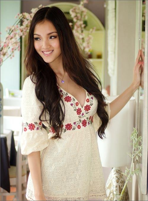 """Năm 2010, Huỳnh Bích Phương được xem là ứng cử viên sáng giá cho ngôi vị Hoa hậu Việt Nam bởi vẻ ngoài thanh tú, hiện đại cùng trình độ học vấn khá tốt, gia đình danh giá trong lĩnh vực khoa học, kinh tế. Tuy nhiên, cô chỉ dừng chân ở top 20 và nhận được 2 giải phụ """"Người đẹp được yêu thích nhất"""" và """"Người đẹp có gương mặt khả ái""""."""