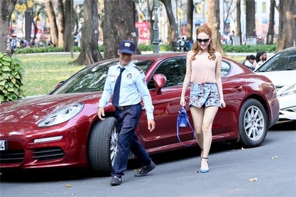 Mẫu xe của Minh Hằng có kiểu dáng trẻ trung, rất hợp với phong cách của nữ ca sĩ. Vì đam mê màu đỏ và siêu xe nên cô quyết định chi bạo 6 tỉ đồng cho lần đổi xe này. - Tin sao Viet - Tin tuc sao Viet - Scandal sao Viet - Tin tuc cua Sao - Tin cua Sao