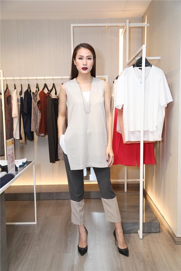 Thái Hà liên tục thay đổi trang phục để chọn được bộ cánh ưng ý nhất.
