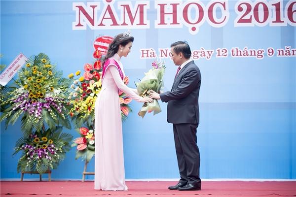 Mỹ Linh nhận hoa do Ban giám hiệu trường trao tặng - Tin sao Viet - Tin tuc sao Viet - Scandal sao Viet - Tin tuc cua Sao - Tin cua Sao