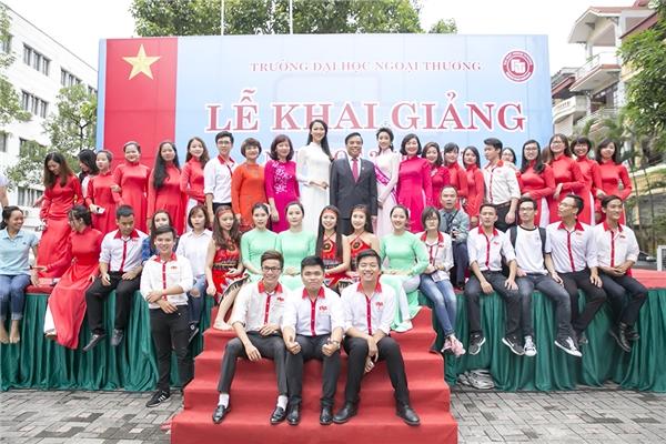 Chụp ảnh lưu niệm cùng thầy cô và các bạn - Tin sao Viet - Tin tuc sao Viet - Scandal sao Viet - Tin tuc cua Sao - Tin cua Sao